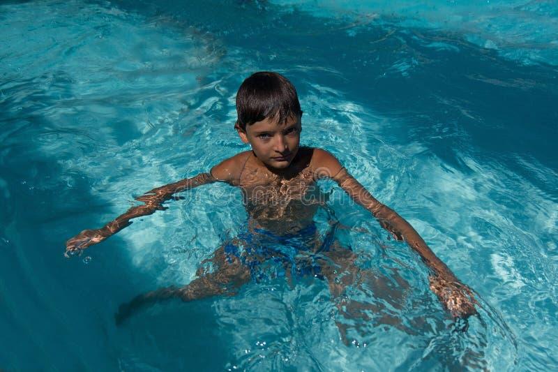 Kind in het zwembadportret royalty-vrije stock afbeeldingen