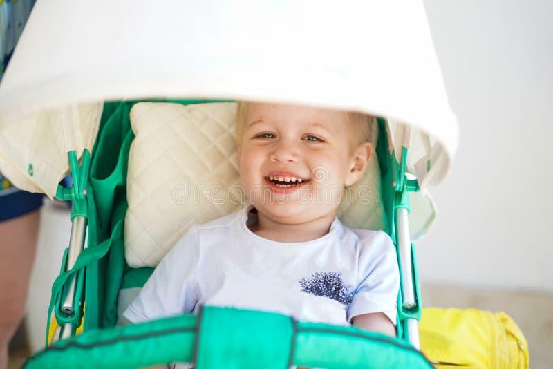 Kind im Babyspaziergang stockbild