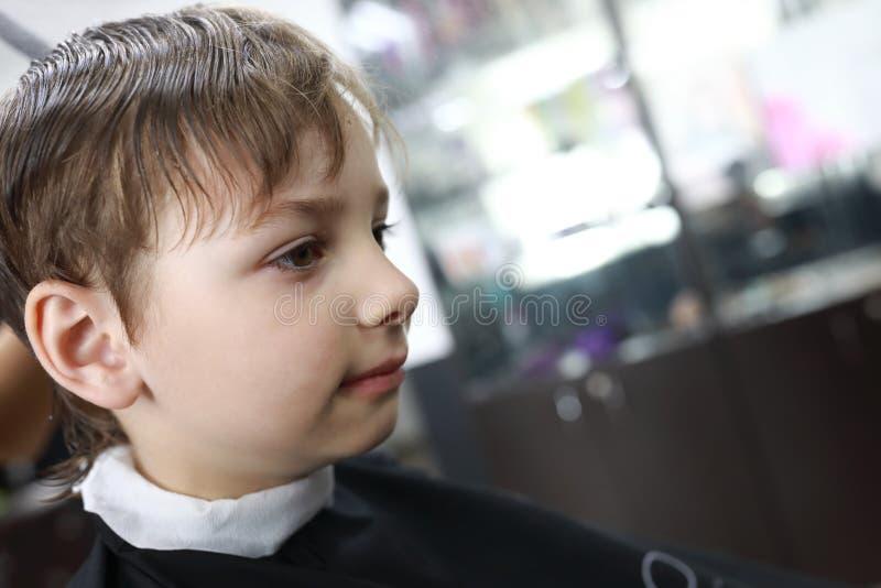 Kind im Friseursalon lizenzfreies stockfoto