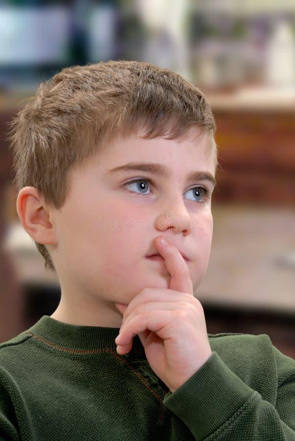 Kind im Gedanken lizenzfreie stockfotos
