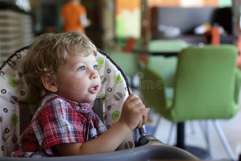 Kind im Highchair lizenzfreies stockbild
