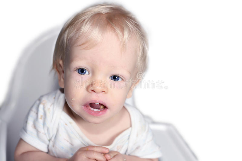 Kind im hohen Stuhl lizenzfreie stockfotos