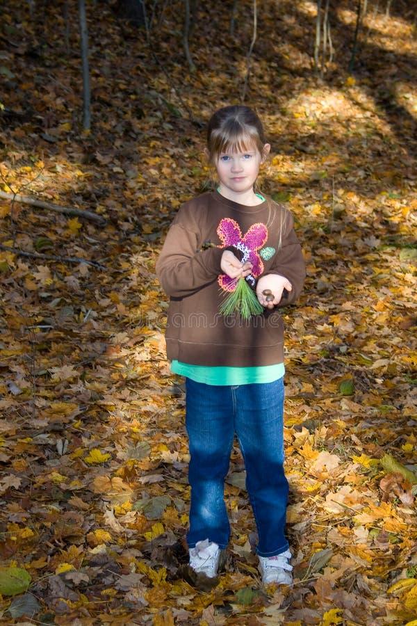 Kind im Holz. lizenzfreie stockfotografie