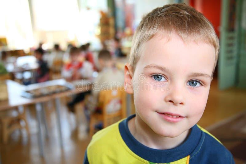 Kind im Kindergarten lizenzfreie stockbilder