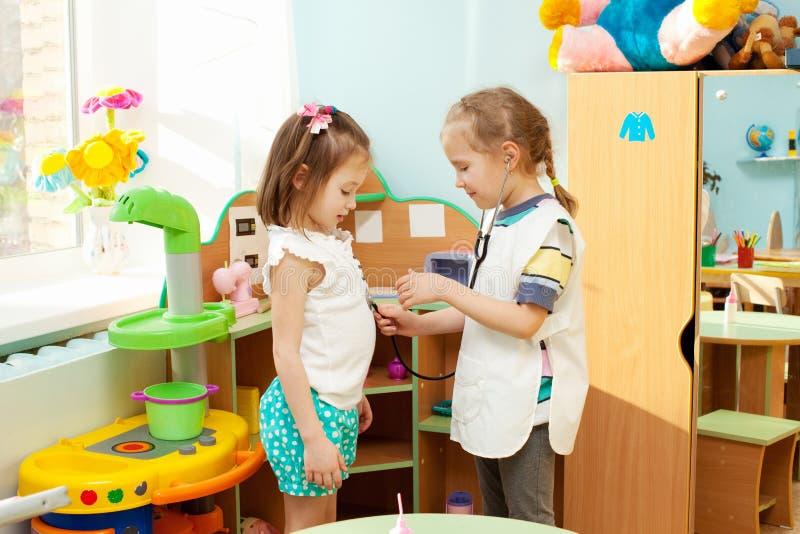 Kind im Kindergarten stockfotografie