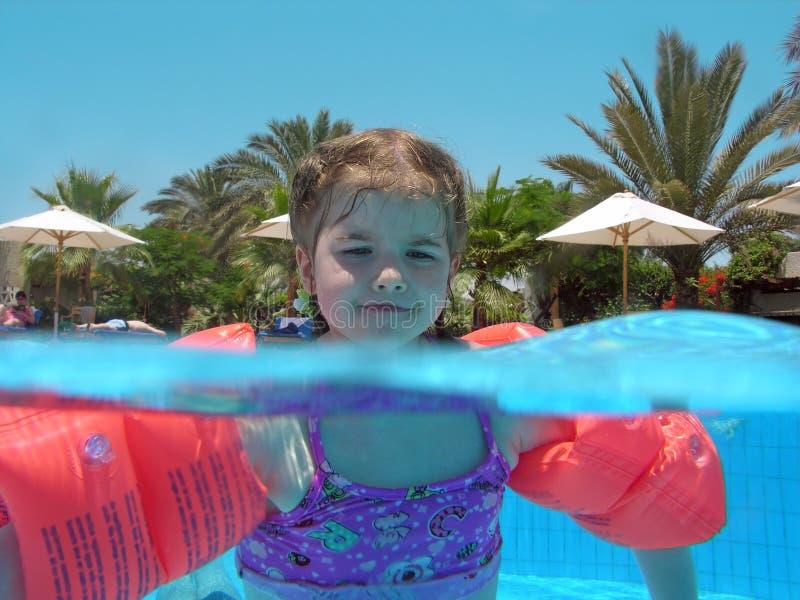 Kind im Pool lizenzfreies stockbild