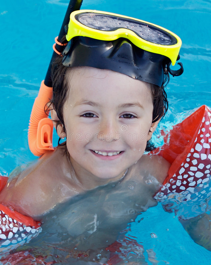 Kind im Pool am Feiertag lizenzfreies stockbild
