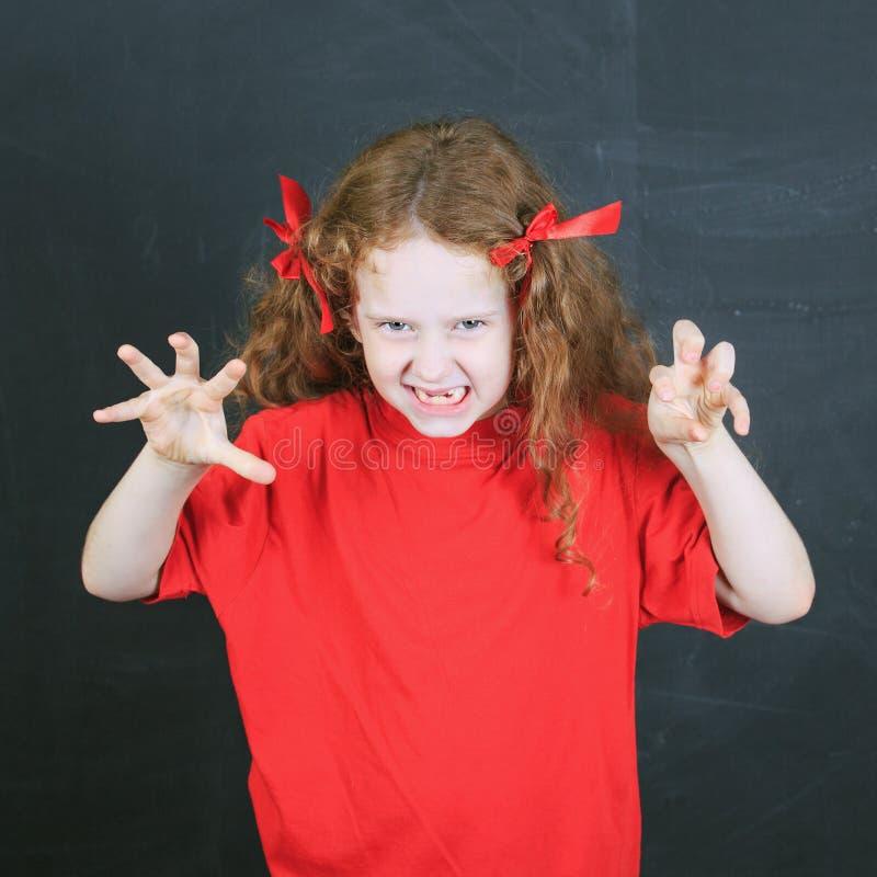 Kind im roten T-Shirt mit Angriff in der Haltung lizenzfreie stockfotos