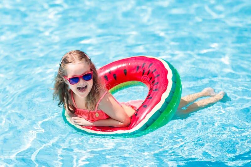 Kind im Swimmingpool Kinderschwimmen Wasserspiel stockfotografie