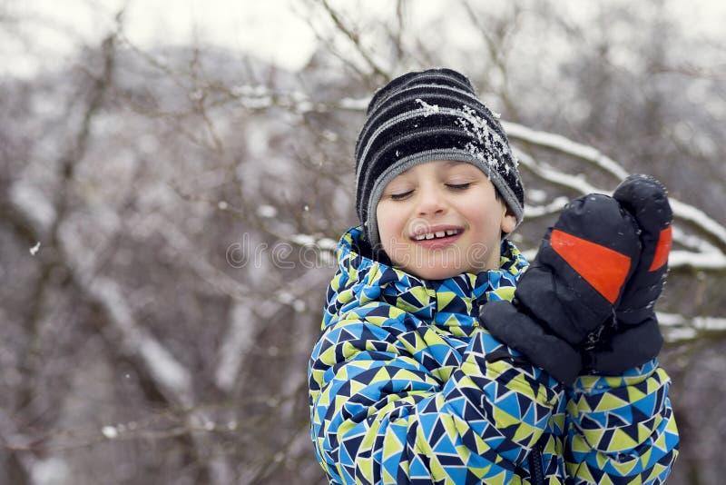 Kind im Winter lizenzfreie stockfotografie