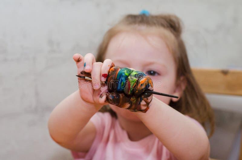 Kind ist mit der gemalten Hand stockfotografie