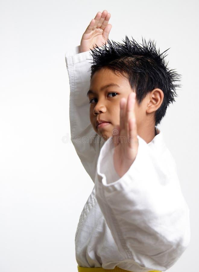 Kind in kämpfender Position lizenzfreie stockbilder