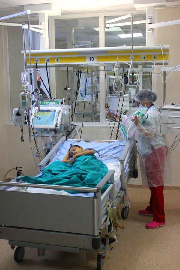 Kind klaar voor chirurgie stock foto's