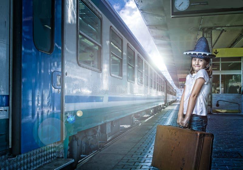 Kind klaar voor de zomer bij station royalty-vrije stock foto's