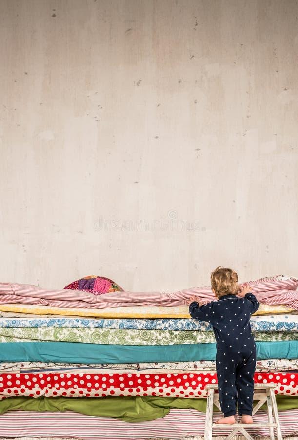 Prinzessin auf der erbse bett  Kind Klettert Auf Dem Bett - Prinzessin Und Die Erbse. Stockfoto ...