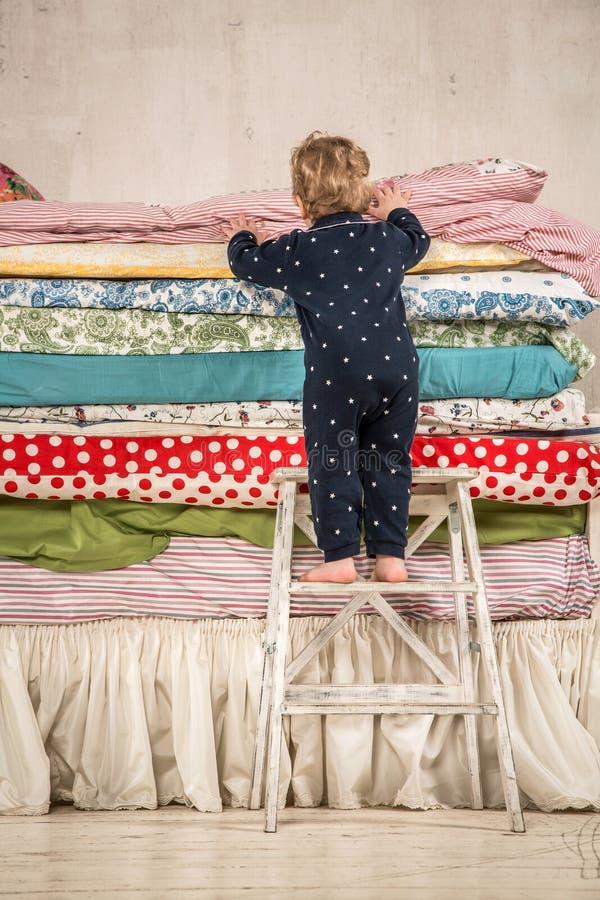 Prinzessin auf der erbse bett  Kind Klettert Auf Dem Bett - Prinzessin Und Die Erbse. Stockbild ...