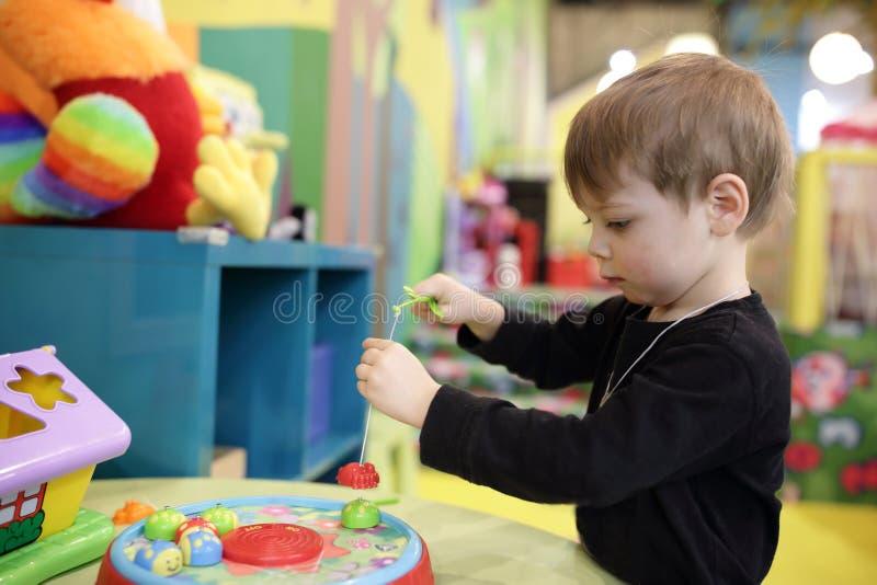 Kind in kleuterschool stock afbeelding