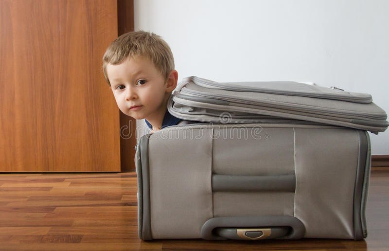 Kind in koffer stock foto's