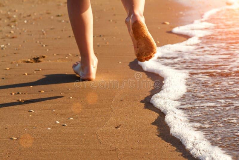 Kind läuft auf der Brandung auf dem Strand im Wasser lizenzfreie stockfotografie