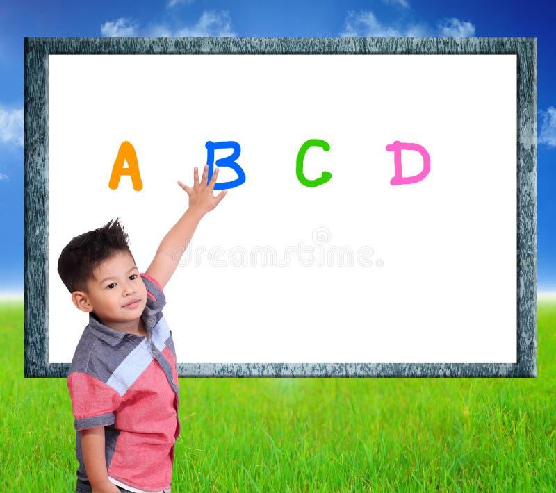 Kind lernen Index auf einem Naturhintergrund lizenzfreie stockbilder