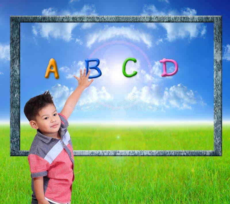 Kind lernen Index auf einem Naturhintergrund lizenzfreies stockfoto