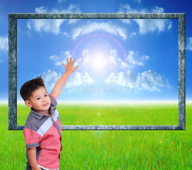Kind lernen Index auf einem Naturhintergrund lizenzfreies stockbild