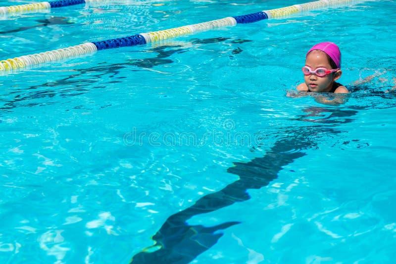 Kind lernen, wie man im Schwimmkurs schwimmt lizenzfreie stockfotografie