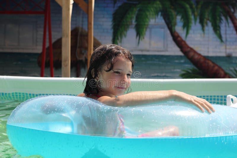Kind lernt, im Pool zu schwimmen stockbild