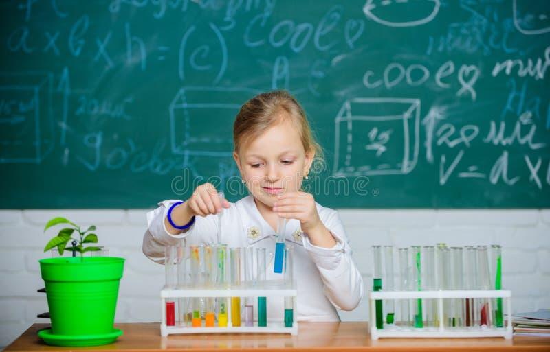 Kind mögen experimentieren Erforschen Sie und forschen Sie nach Hand gezeichneter Vektor getrennt auf Weiß Nettes Schülerspiel de lizenzfreies stockfoto