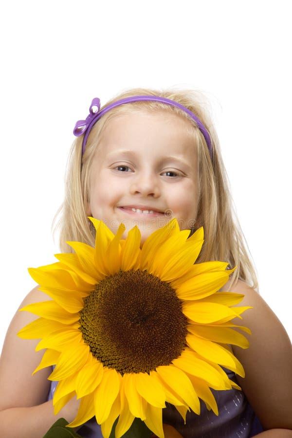 Kind (Mädchen) eine Sonnenblume in den Händen anhalten lizenzfreie stockbilder