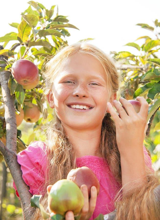 Kind (Mädchen) mit Äpfeln. lizenzfreies stockfoto
