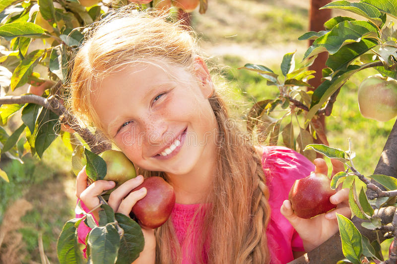Kind (Mädchen) mit Äpfeln. lizenzfreie stockbilder