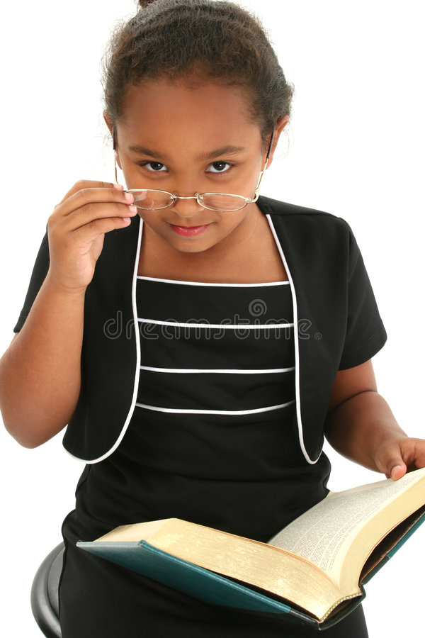 Kind-Mädchen mit dem Glas-Lesen stockfotos