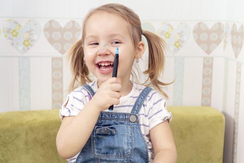 Kind malte seine Nase stockfoto