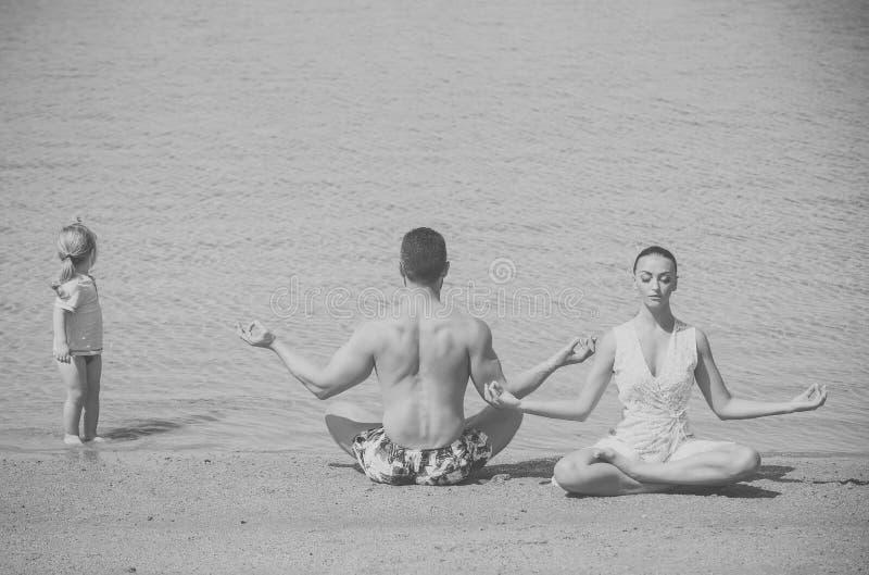 Kind, man en de vrouw die, yoga stellen, famile de het mediteren royalty-vrije stock fotografie