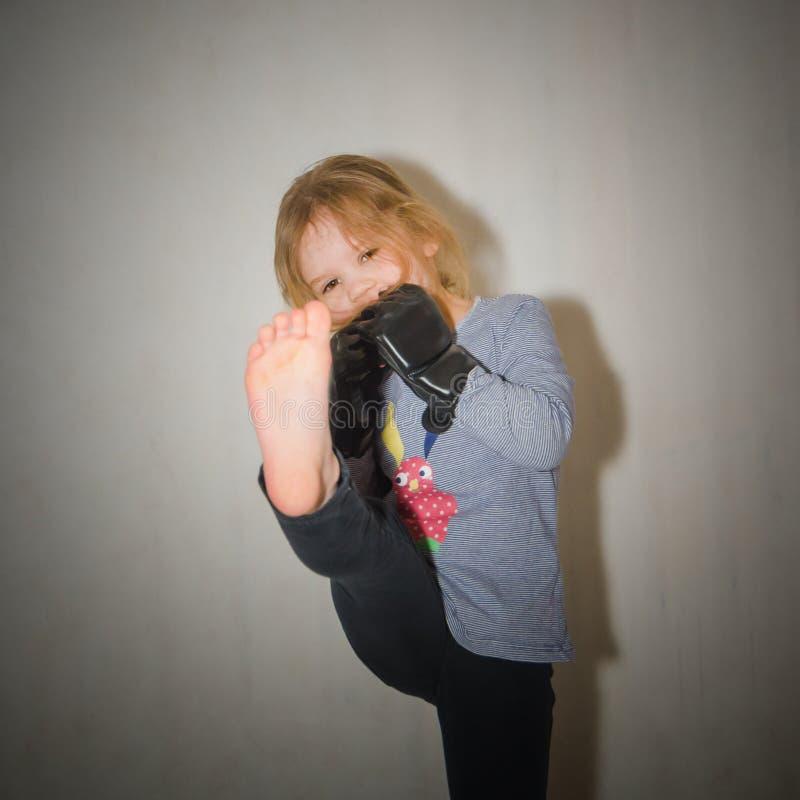 Kind, meisje in handschoenen voor de lijf-aan-lijfvoet van gevechtsstakingen royalty-vrije stock afbeeldingen