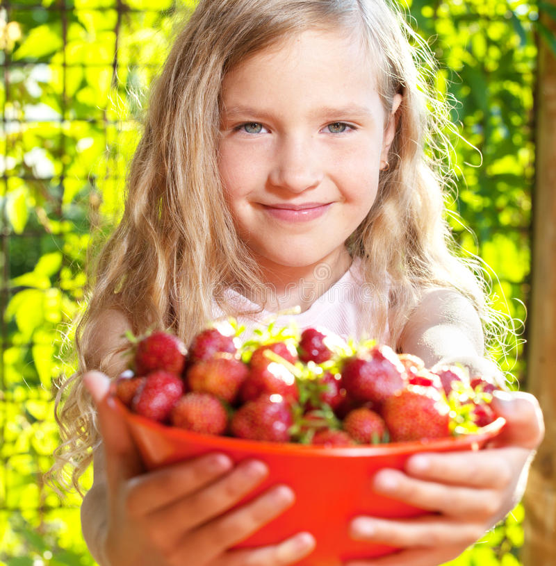 Kind met aardbei royalty-vrije stock afbeelding