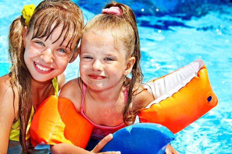 Kind met armbanden in zwembad royalty-vrije stock foto
