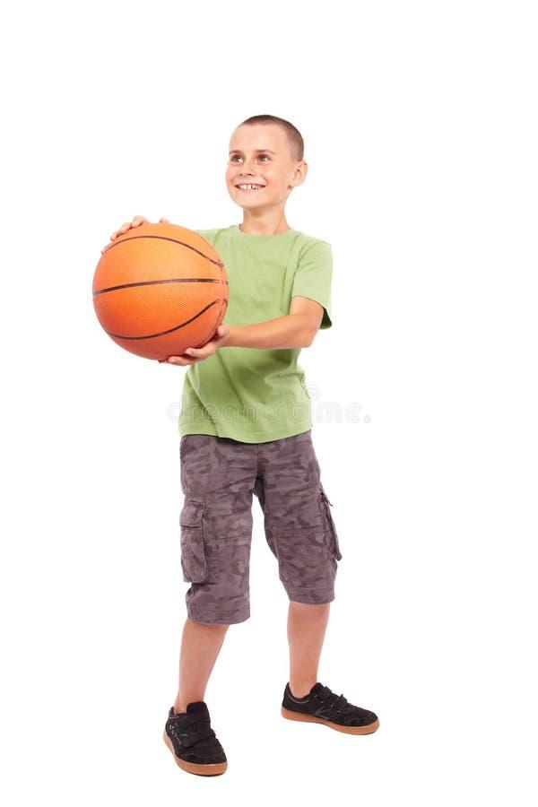 Kind met basketbal dat op witte achtergrond wordt geïsoleerd, royalty-vrije stock foto