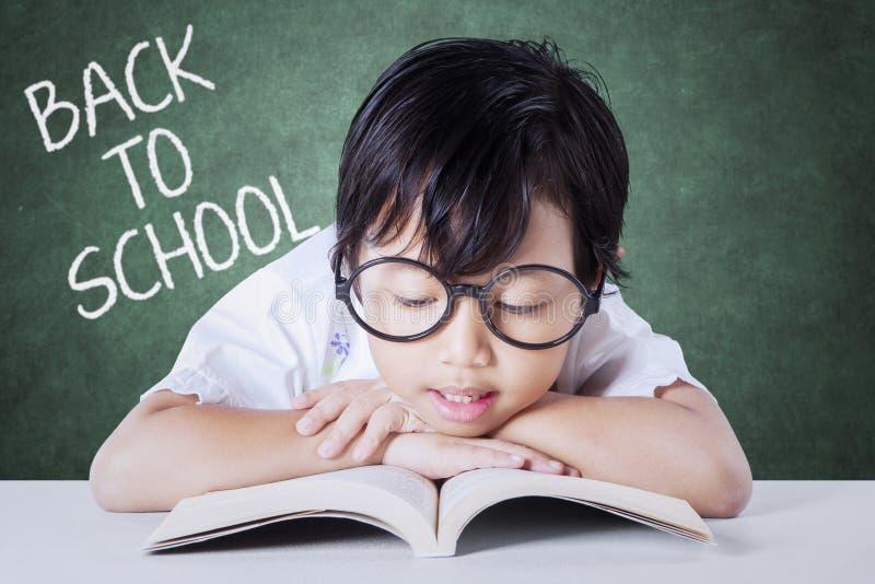 Kind met boek en woord van terug naar School royalty-vrije stock afbeelding
