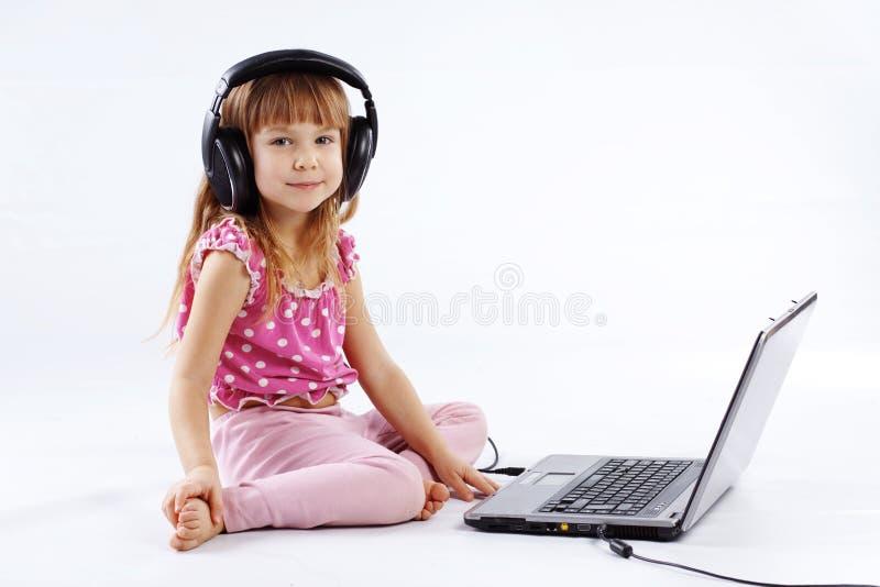 Kind met computer stock afbeeldingen