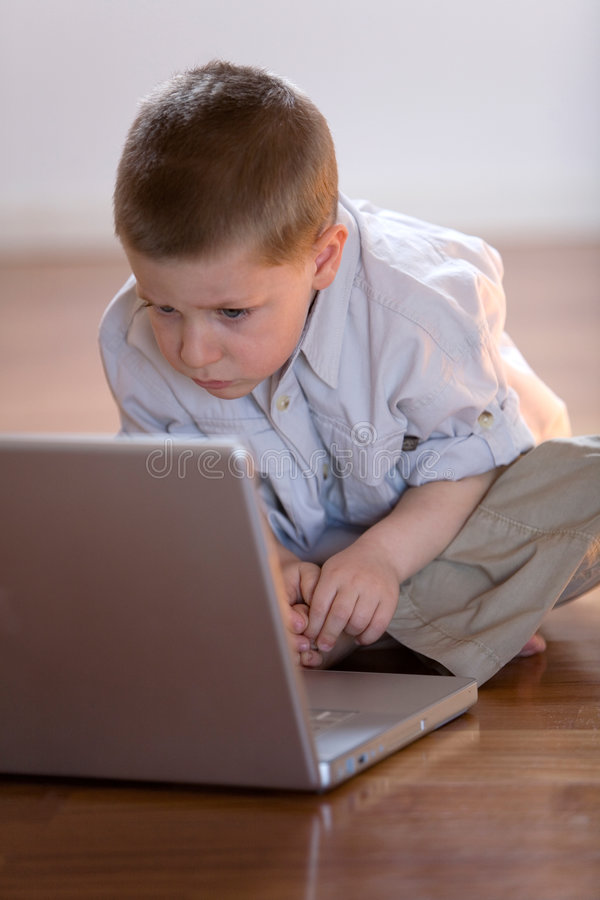 Kind met computer thuis royalty-vrije stock afbeeldingen