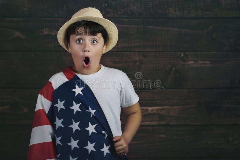 Kind met de vlag van de Verenigde Staten stock foto