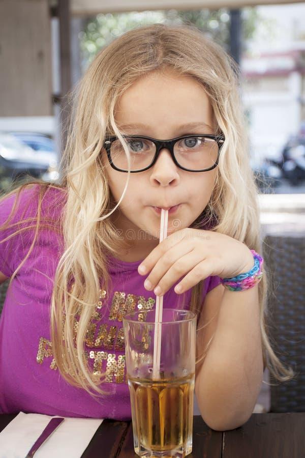Kind met drank en stro stock fotografie