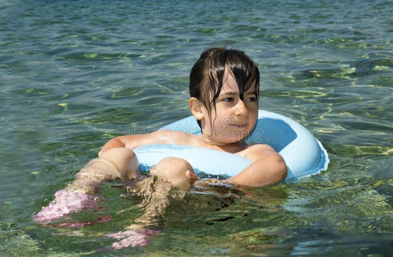 Kind met drijvende ring stock afbeelding
