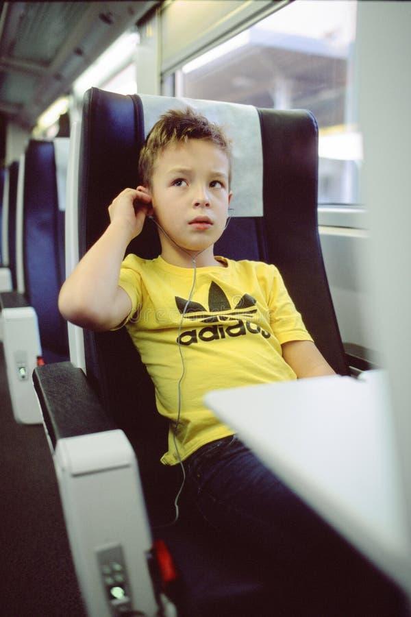Kind met earbuds aan de gang royalty-vrije stock afbeelding