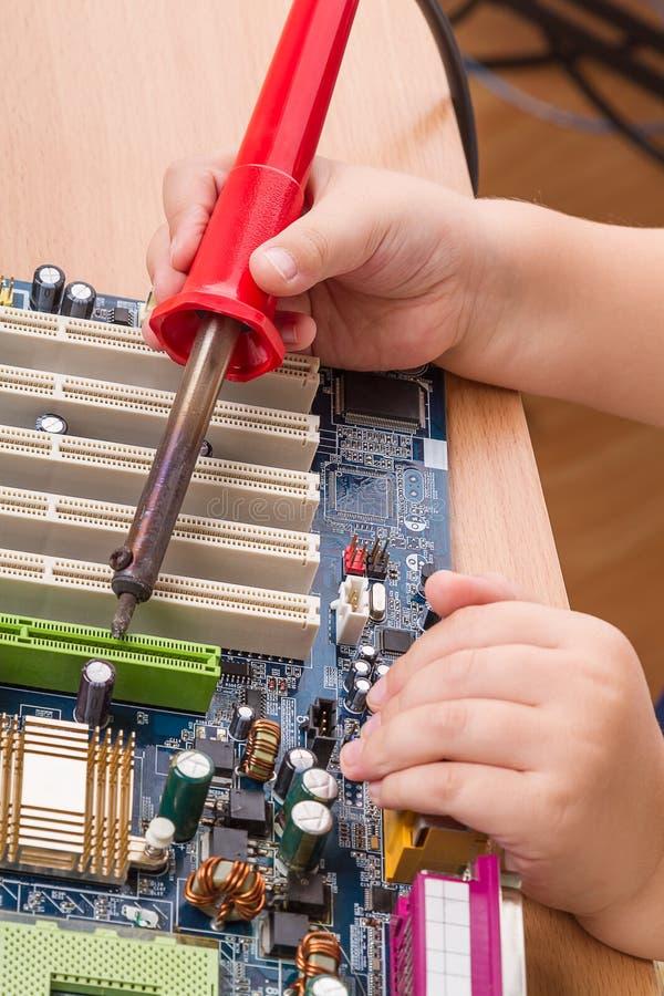 Kind met een soldeerbout
