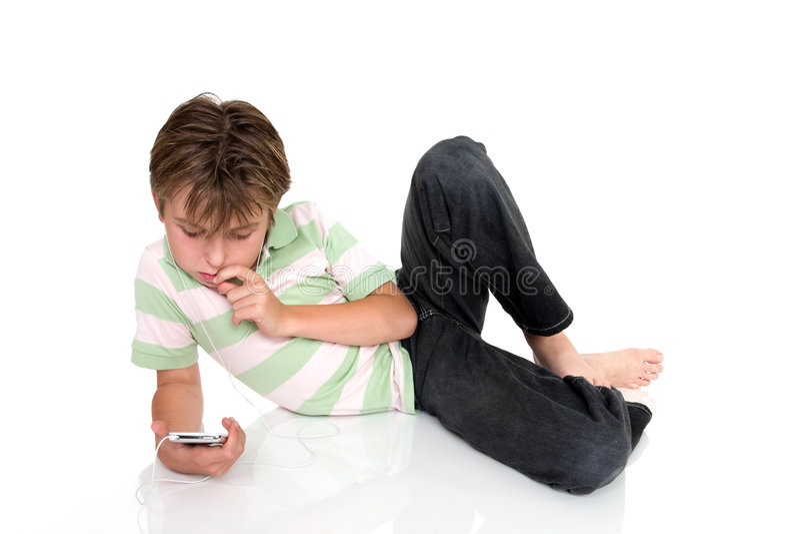 Kind met elektronisch gadget stock afbeelding