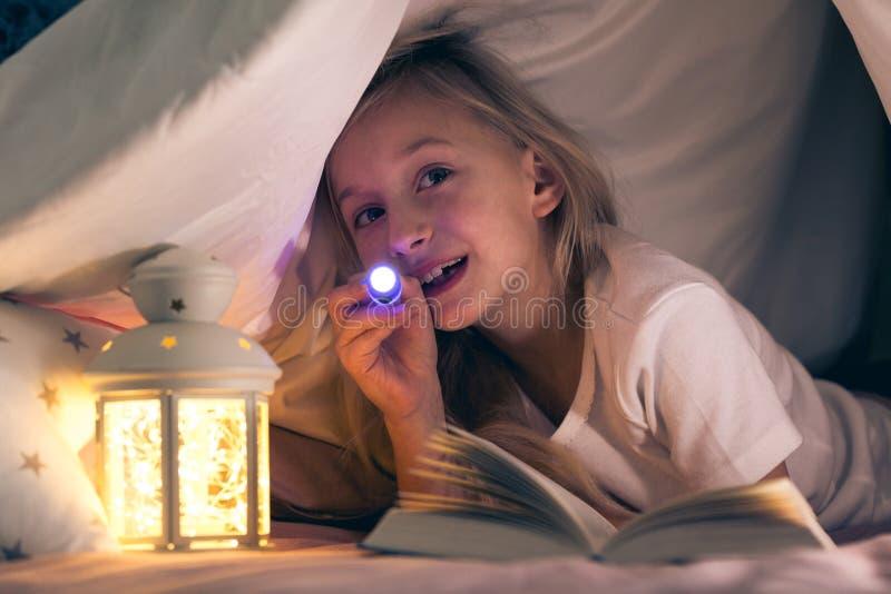 Kind met flitslicht in tent royalty-vrije stock foto