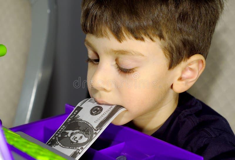 Kind met Geld in Mond stock afbeelding